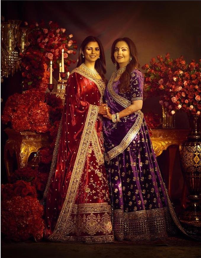 PunjabKesari, Nari, Isha ambani reception Look, velvet lehenga Image