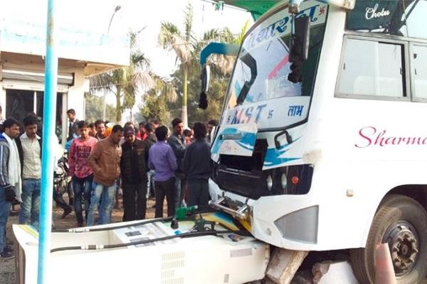 PunjabKesari, Madhya Pardesh Hindi News, Rewa Hindi News, Rewa Breaking Hindi News, Rewa Hindi Samachar, Bus Accident, Bus rammed into petrol pump