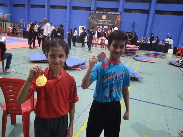 PunjabKesari, Madhya Pradesh, Lockdown, Gold Medal, Siblings, International Level, Arav Anahita, Competition