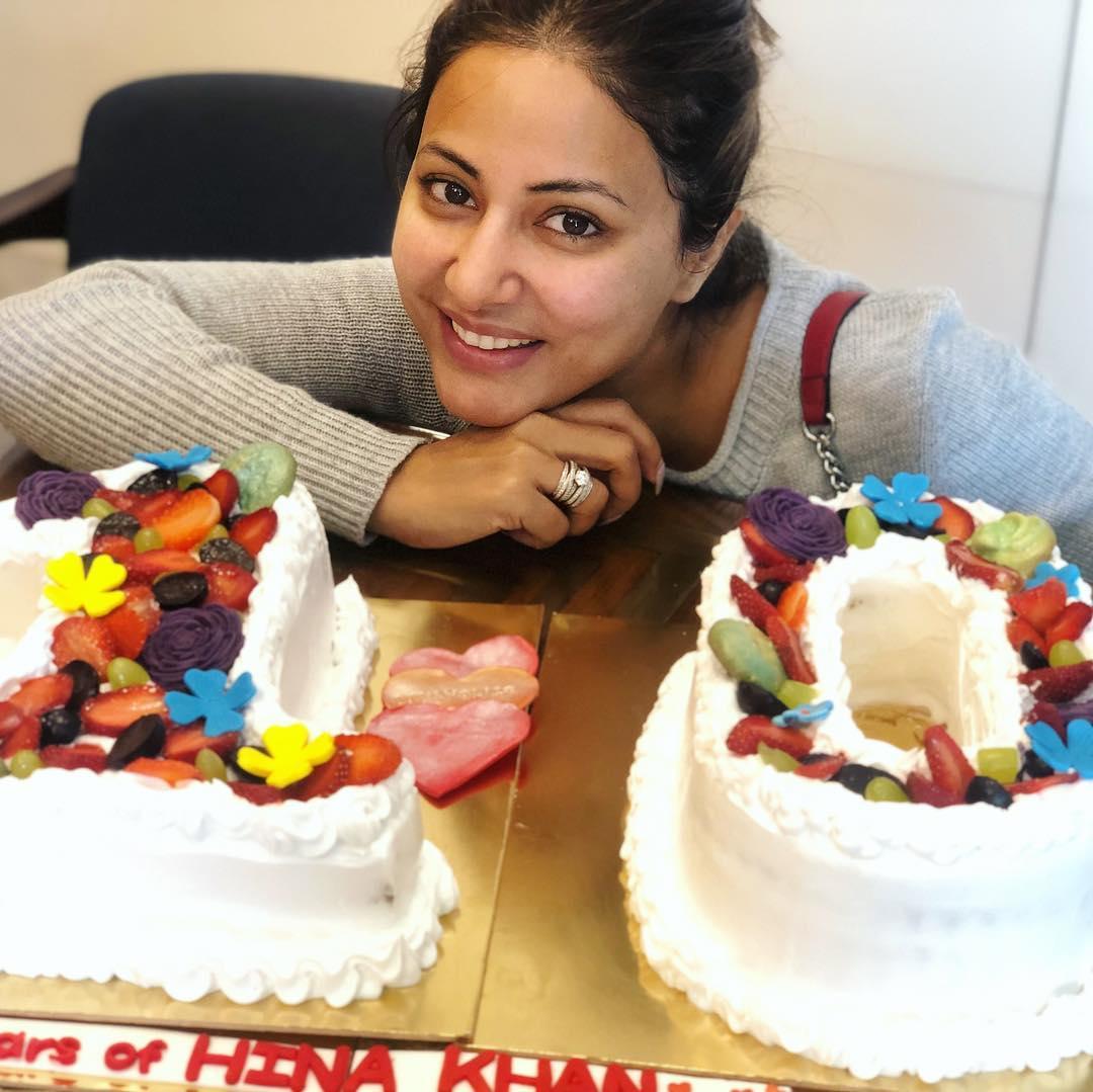 PunjabKesari,हिना खान इमेज, 10 साल इमेज, केक इमेज