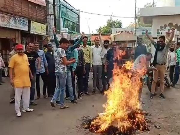 PunjabKesari, Madhya Pradesh News, Ashoknagar News, Ayodhya, Ram Mandir, lawyer for Muslim side, Rajiv Dhawan, Hindu Mahasabha, Kshatriya Mahasabha, effigy lit