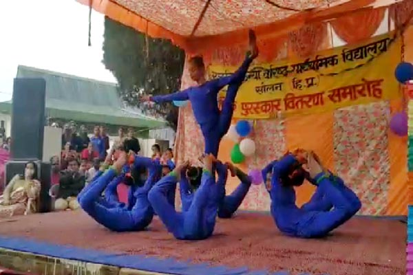 PunjabKesari, Yoga Girls Image