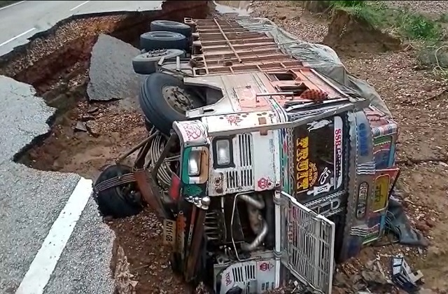 PunjabKesari, Shivpuri, road, flood, devastation, truck overturned, Madhya Pradesh