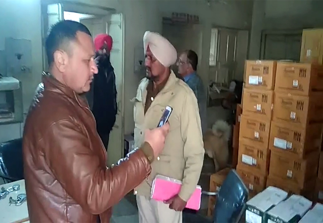PunjabKesari, Overnight thieves targeted warehouse, stolen goods