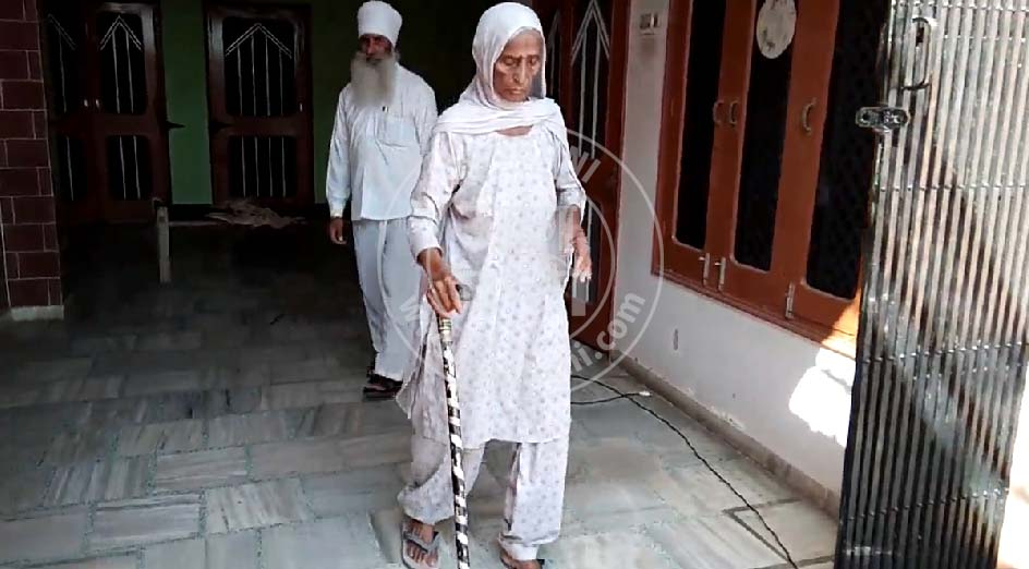 PunjabKesari, 100-year-old woman giving competition to young generation