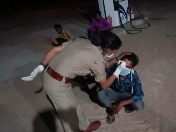 PunjabKesari, Madhya Pradesh, Punjab Kesari, Chhatarpur, Police, Inhumane Face, Lockdown, Corona