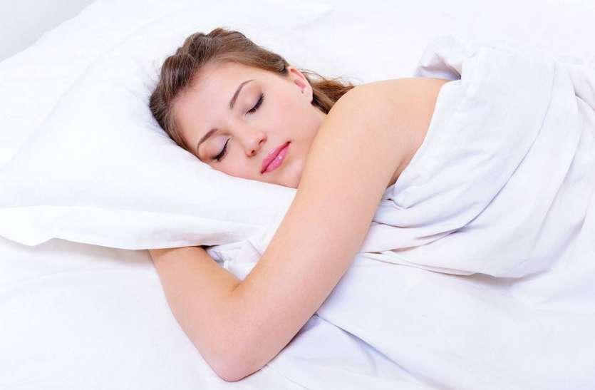 PunjabKesari, pillow, sleeping women, kundli tv, तकिए के नीचे कपूर