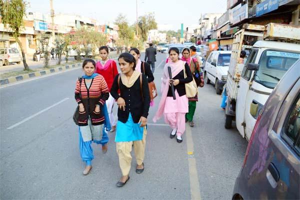 PunjabKesari, College Student And Passenger Image