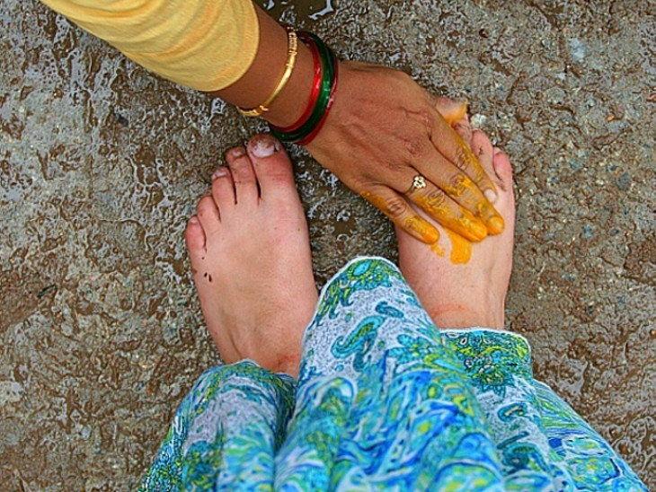PunjabKesari, Charan Saprash, चरण स्पर्श, पैर छूना