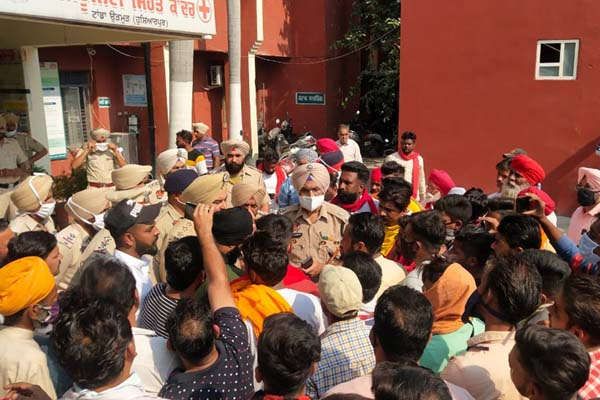 PunjabKesari, People attacked the accused, who raped 6 year old girl
