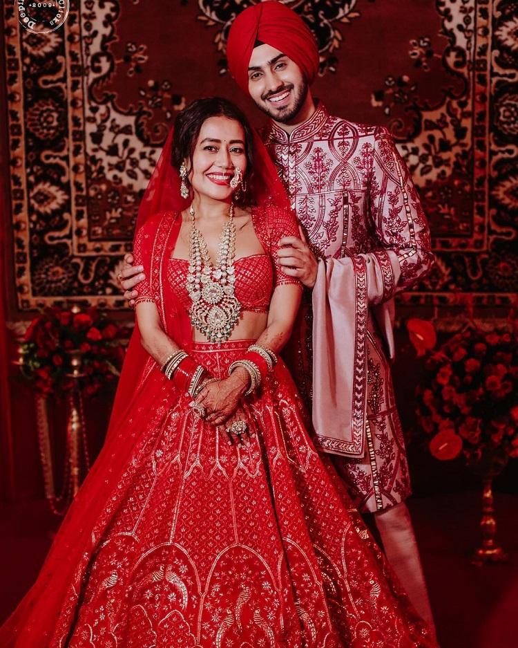 Wedding Album: रेड जोड़े में खूबसूरत दिखीं नेहा कक्कड़, ससुराल में सिंगर का  हुआ शानदार स्वागत