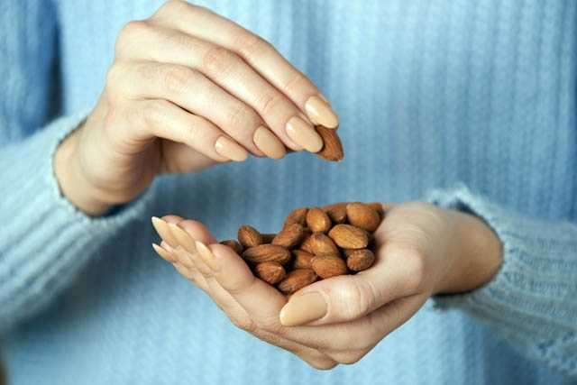 PunjabKesari, Eating Almonds Image, Healhy Foods Image