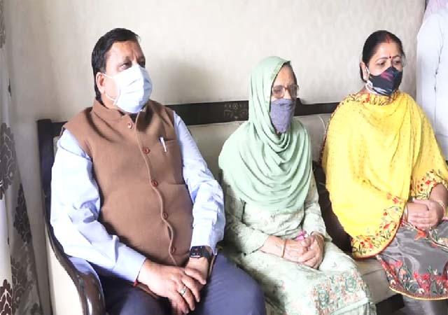 PunjabKesari, Minister With Family Image