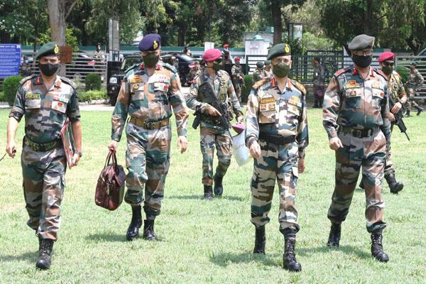 army chief visit forward posts of jammu and patahnkot