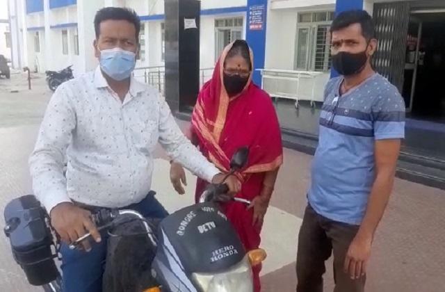 PunjabKesari, Betul, Madhya Pradesh, District Hospital, Corona Vaccine, Elderly Women