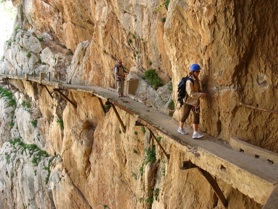 omg-facts-dangerous-ways-to-walk