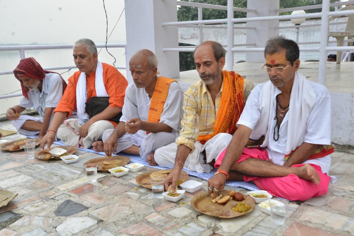 PunjabKesari, ब्राह्मण, भोजन ग्रहण करते ब्राह्मण