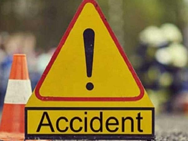 PunjabKesari, Madhya Pradesh Hindi News , Nasrulla Ganj Hindi News, Nasrull Ganj Hindi Samachar, Road Accident, Dumper, 1 Killed, 4 Injured, District Hospital