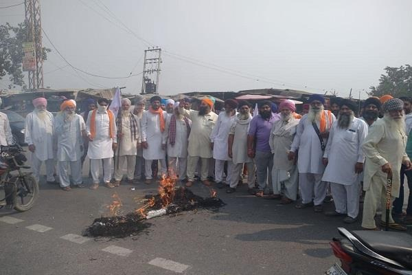 PunjabKesari, farmers celebrate dussehra by burning effigies of modi and ambani
