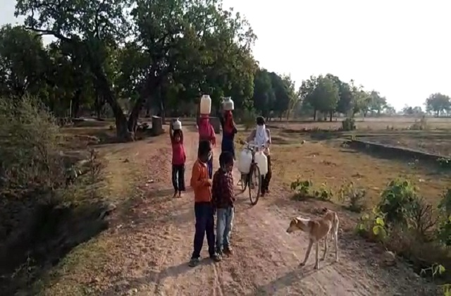 PunjabKesari, Thirsty rural, summer, summer drought, water shortage, Chhatarpur, Madhya Pradesh