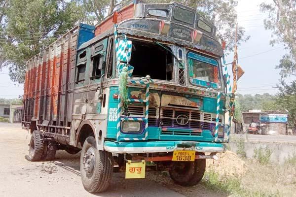 PunjabKesari, Damage Truck Image