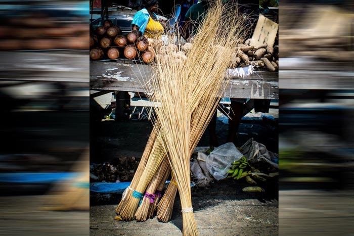 घर में झाड़ू कहां रखें - where to keep a broom in the house