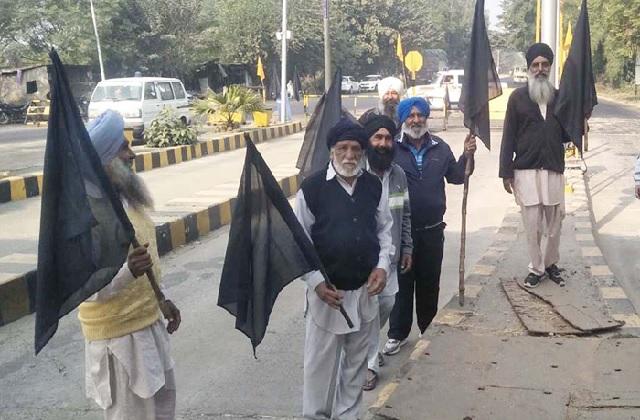 PunjabKesari, Farmers again encircle BJP chief Ashwani Sharma's convoy at toll plaza
