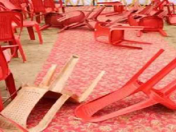 PunjabKesari, Jyotiraditya Scindia, Congress, Congress worker, commotion, throwing chairs, Indore, Madhya Pradesh News, Punjab Kesari