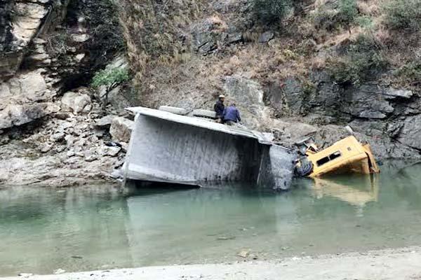 PunjabKesari, Tipper Accident Image