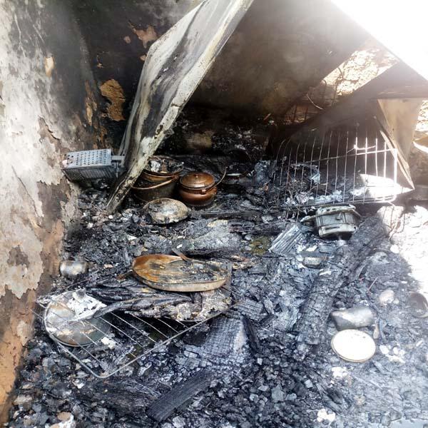 गैस सिलैंडर ने पकड़ ली आग, धमाके से उड़ गई मकान की छत