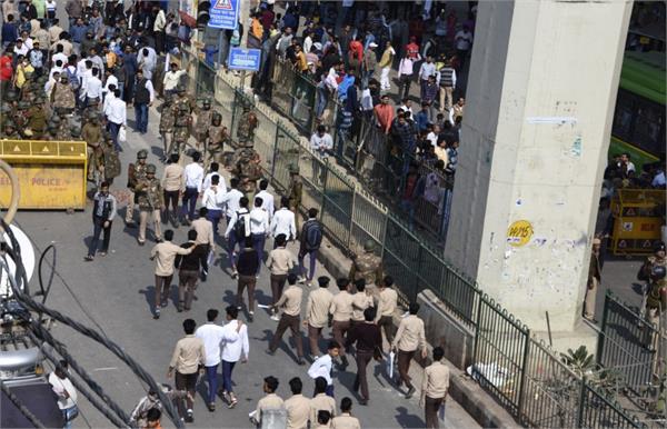 delhi 4 killed 37 policemen injured