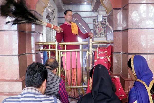PunjabKesari, Temple Priest Image