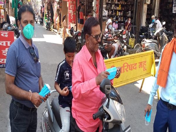 PunjabKesari,  Mask distribution done at Kotwali Square, the death anniversary of journalist Vishal Sharma