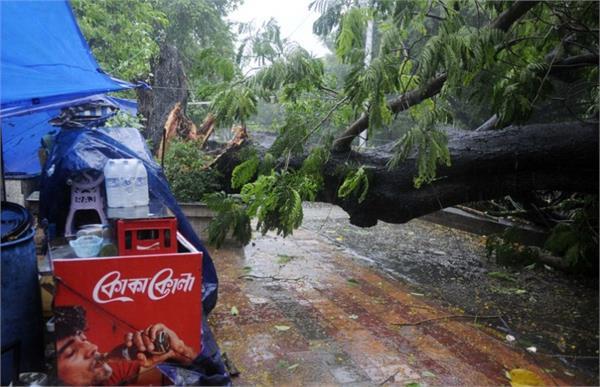 mahatoofan amfan causing havoc in west bengal 2 people dead