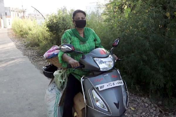 PunjabKesari, Female Vegetable Seller Image