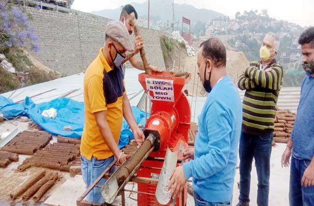 PunjabKesari, Cow Dung Wood Machine Image