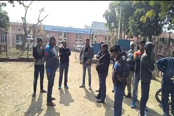 PunjabKesari, CCTV, attack, electric, employee, picture, capture