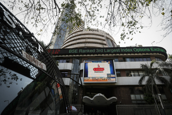 sensex plunges 201 pts as oil fears make a comeback