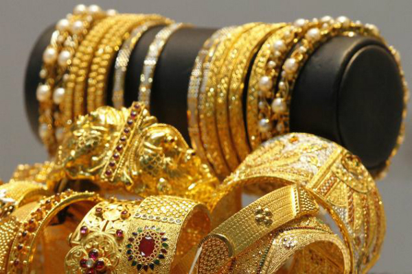 gold futures strengthen on global cues