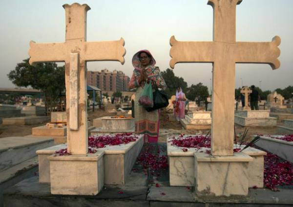 pak sentences 5 to death for burning of christian couple for blasphemy