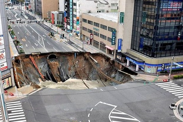 the road suddenly sank in japan