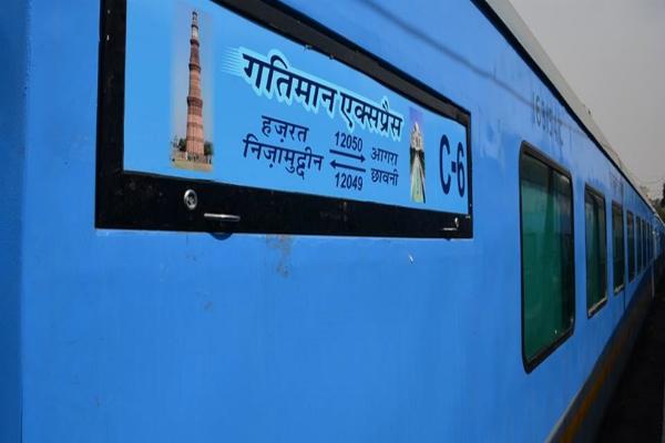 gatimaan express  howrah railway