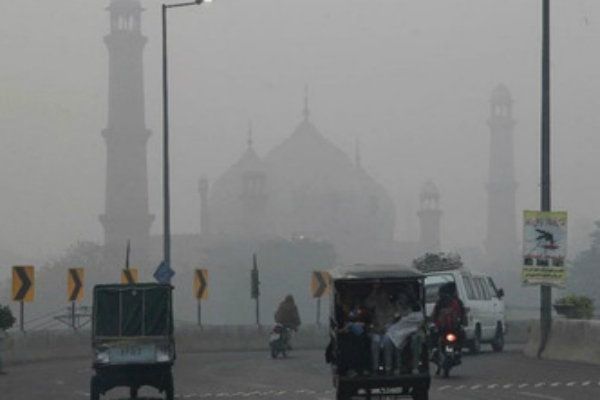 pakistani newspaper says delhi air pollution causing smog in lahore
