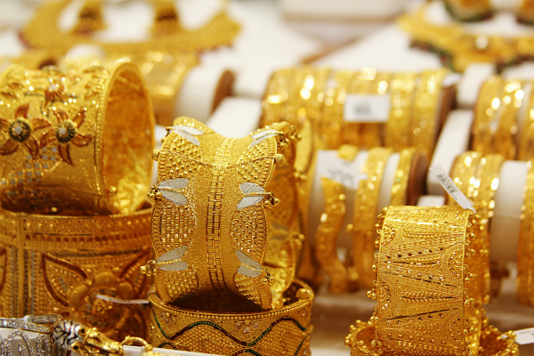 panic in the bullion market  gold fell by rs 600