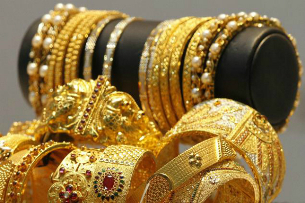gold tops rs 31000 on global cues