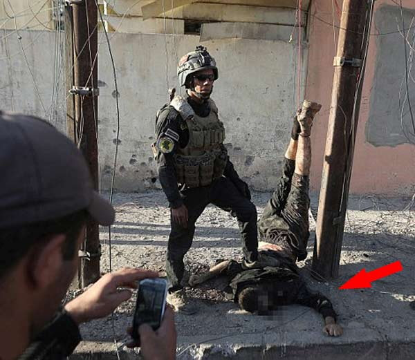 iraqi soldiers pose with hanging body of isis fighter