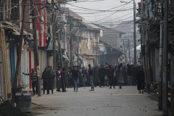 violent protest in kashmir after friday prayer