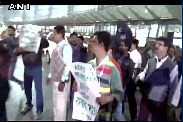 congress workers showed black flags to the rbi governor