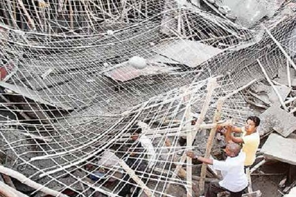 80 year old building collapsed in old delhi 2 deaths
