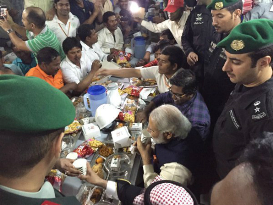 pm modi met with the landt workers in riyadh